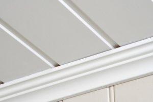 Стильный и практичный потолок в ванной комнате: как выбрать свой идеальный вариант?