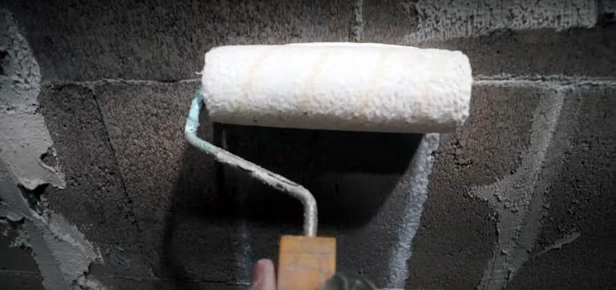 Самый дешевый способ внутренней отделки стен под кирпич с помощью штукатурки и скотча.
